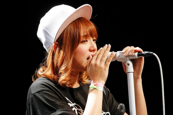 ソロデビューが決定し涙ながらに抱負を語る篠崎愛。(Photo by Hajime Kamiiisaka)