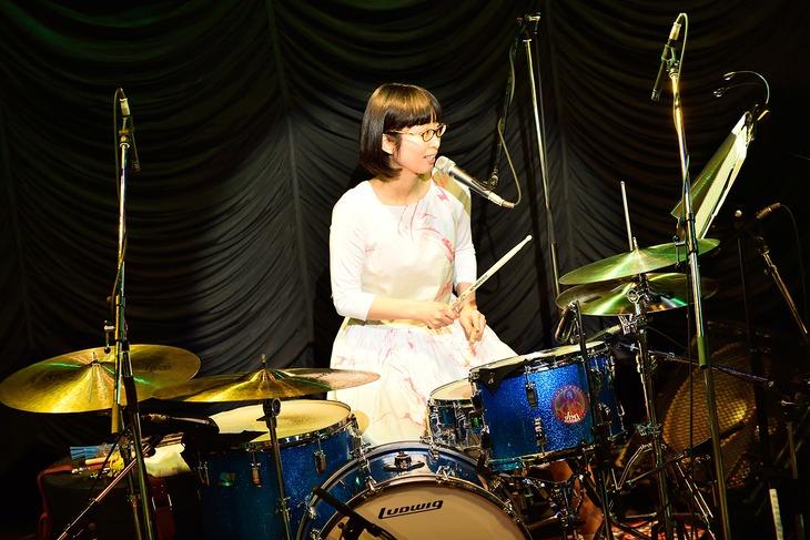 ドラムを叩きながら「ありきたりなロマンス」を歌うつじあやの。