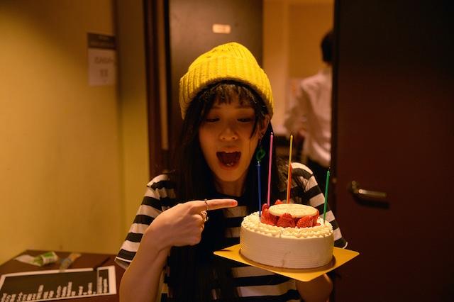バースデーケーキを手に喜ぶ神田莉緒香