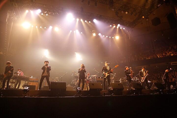 「ペドラーズ」を演奏する東京スカパラダイスオーケストラ。