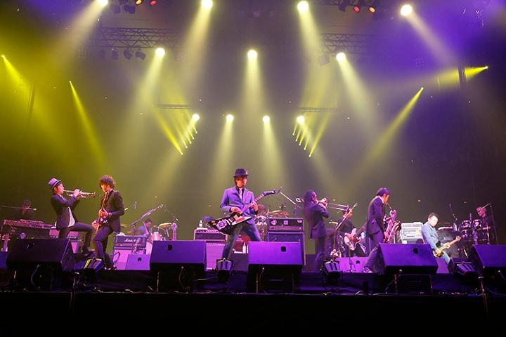 コラボレーションを披露する東京スカパラダイスオーケストラと10-FEET。