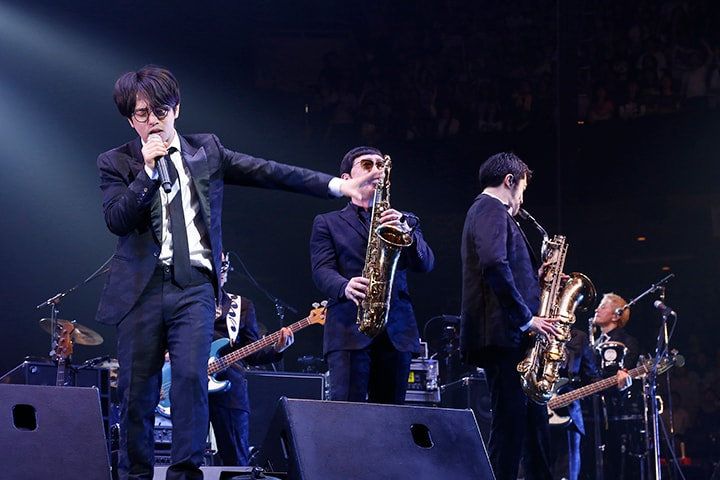 コラボレーションを披露する東京スカパラダイスオーケストラとASIAN KUNG-FU GENERATION。