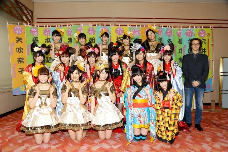 HKT48のメンバーと横内謙介(写真右端)。(c)AKS
