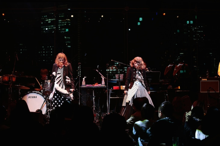 PUFFY「パフィーのBillboard Show」東京・Billboard Live TOKYOの様子。