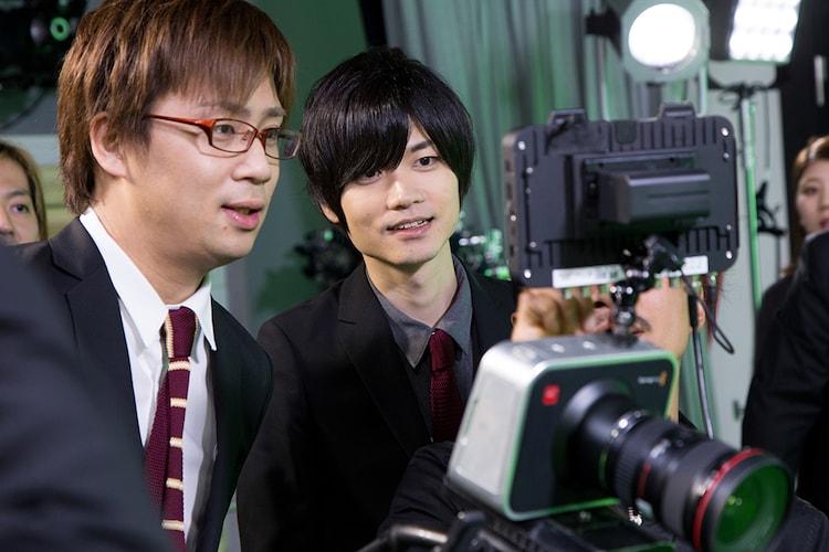 YouTube Space Tokyoのスタジオで行われた「からくりピエロ」MV撮影の様子。左から事務員G、イナメトオル。