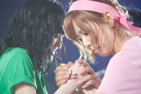 「AKB48大運動会」より、腕相撲決勝戦に挑む山本彩(チームK)と大家志津香(チームA)。