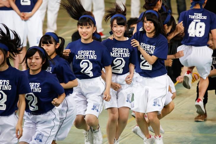 「AKB48大運動会」より、チーム8の大縄跳びの様子。