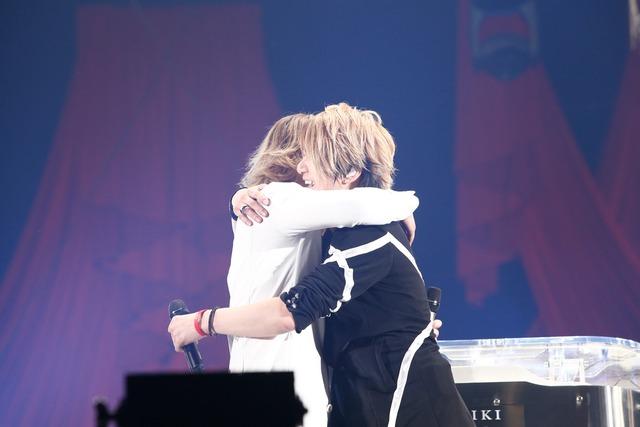 抱擁するYOSHIKI(X JAPAN)とTERU(GLAY)。(撮影:岡田裕介)