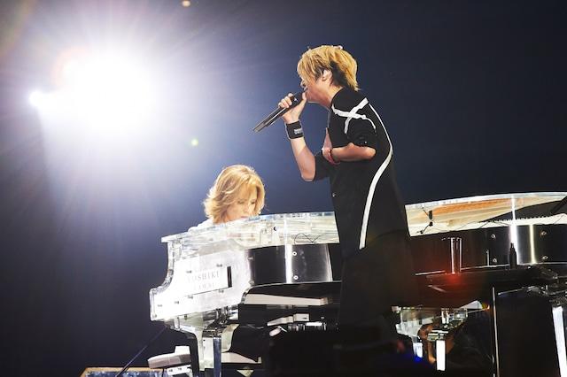 写真左より、「RAIN」を奏でるYOSHIKI(X JAPAN)と熱唱するTERU(GLAY)。(撮影:岡田裕介)