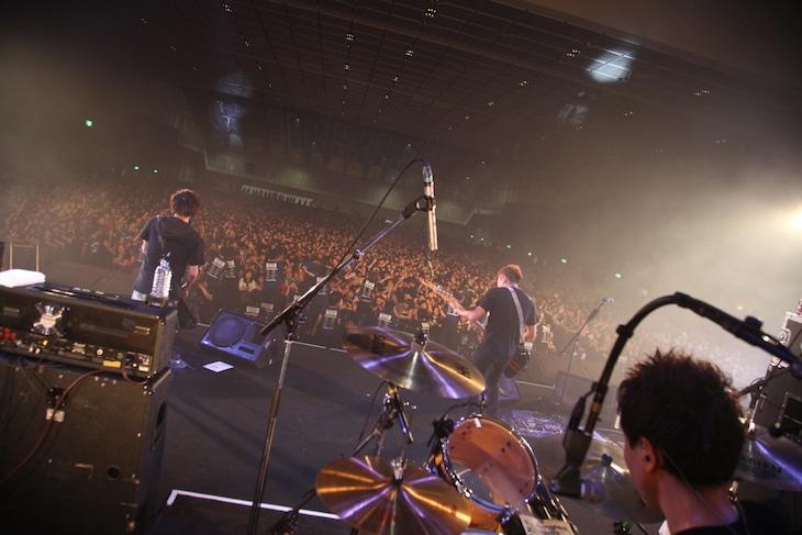 「百万石音楽祭 2015~ミリオンロックフェスティバル~」での10-FEETのパフォーマンスの様子。(撮影:小坂淳)
