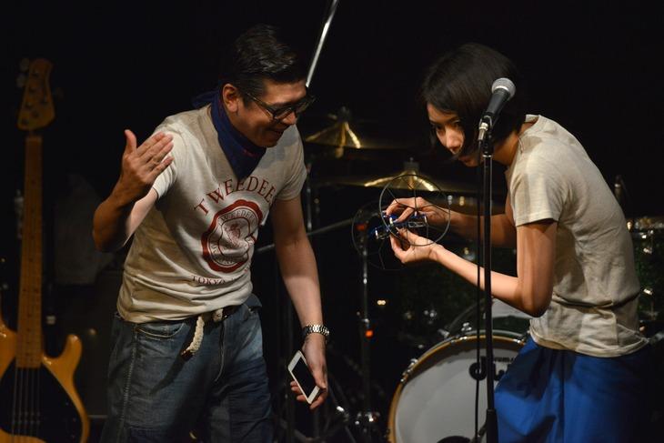 """TWEEDEESの沖井礼二(左)と清浦夏実(右)。清浦が手にしているのは""""第3のメンバー""""じろう。"""