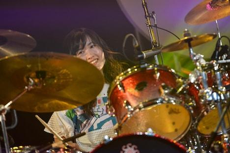澤村小夜子(Dr)(Photo by AZUSA TAKADA)