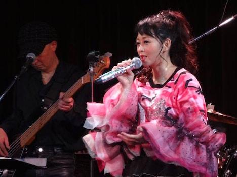 「浅香 唯 30周年記念PREMIUM LIVE」の様子。(写真提供:ワーナーミュージック・ジャパン)