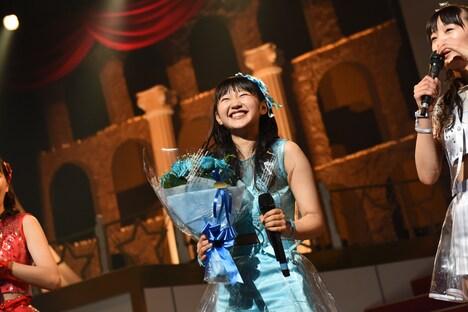 15歳の誕生日を迎えて花束を贈られる内村莉彩。