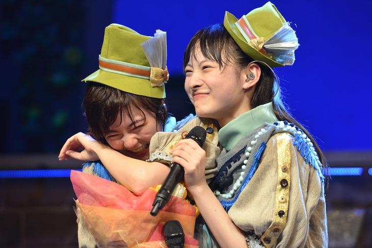 「私立恵比寿中学 飛び出せ全十ホールツアー2015~わっくわくはるバルーンGOGO~」追加公演の様子。安本彩花(左)を抱きしめながら歌う松野莉奈(右)。
