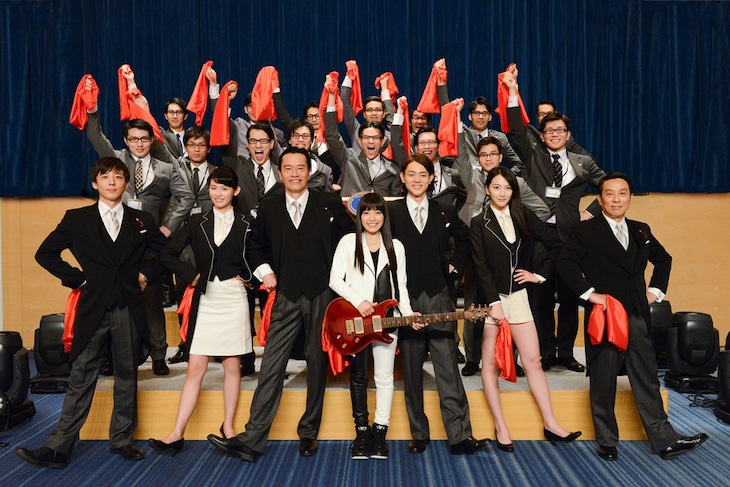 ドラマ「民王」出演者とmiwa。