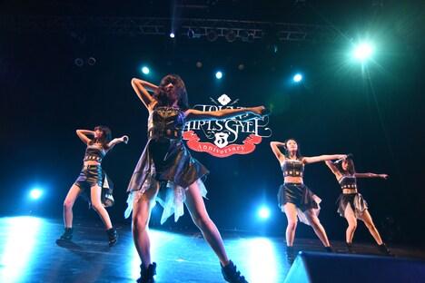 東京女子流によるライブの様子。