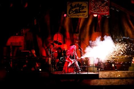 ソロコーナーでギターを奏でるDJ LOVE(DJ)。(Photo by Hajime Kamiiisaka)