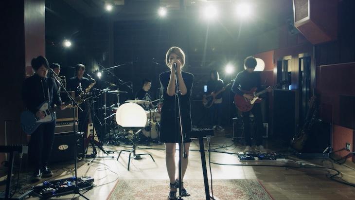 la la larksのスタジオライブ映像のワンシーン。