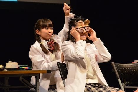 「私、ねてません!メガネ」をプレゼンする藤平華乃と岡田愛。