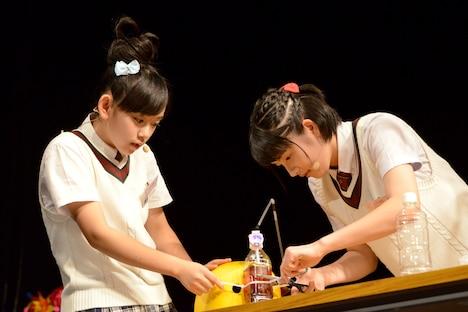 「なんでもヘルメット」を組み立てる黒澤美澪奈と倉島颯良。