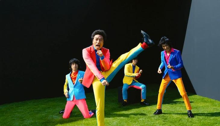 ウルフルズ「スポーティパーティ」ミュージックビデオのワンシーン。