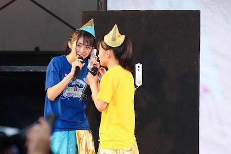 サプライズ発表の電話を受ける春名真依と清井咲希。(撮影:笹森健一)