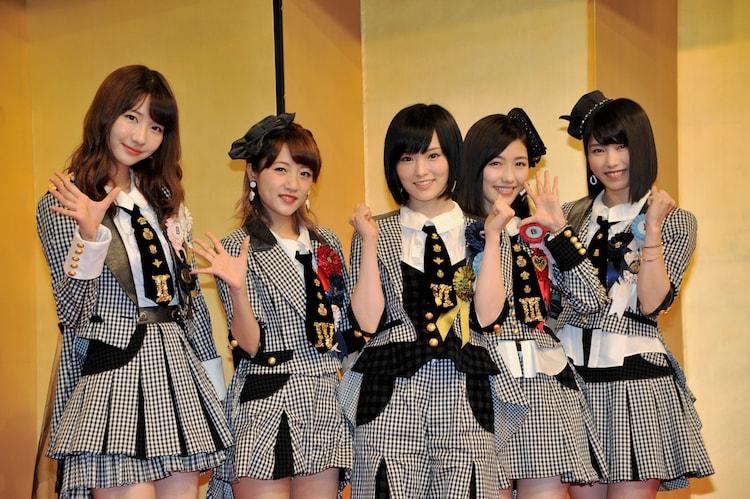 主題歌発表会に登壇したAKB48の5人。