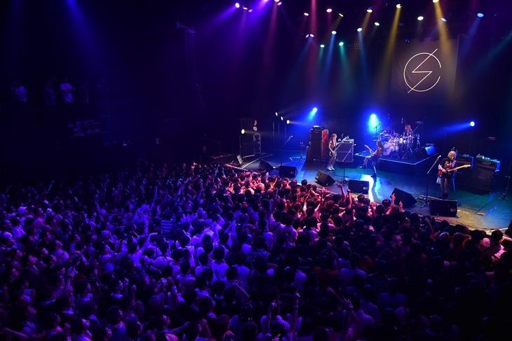 「SCANDAL MANIA LIMITED LIVE 2015『Q』」の様子。 (写真提供:EPICレコードジャパン)