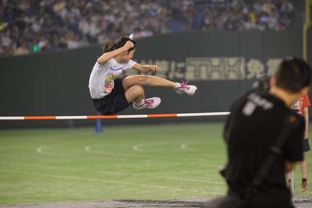 「走り高跳び」に挑戦する中野郁海。 (c)AKS