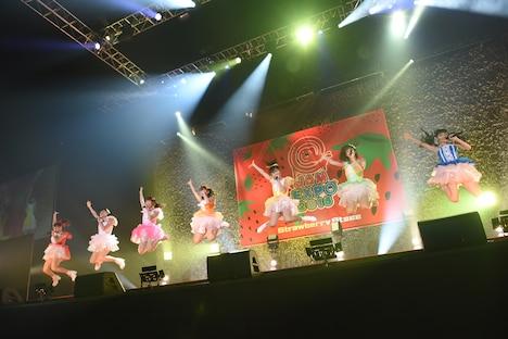 愛乙女★DOLLによるライブの様子。