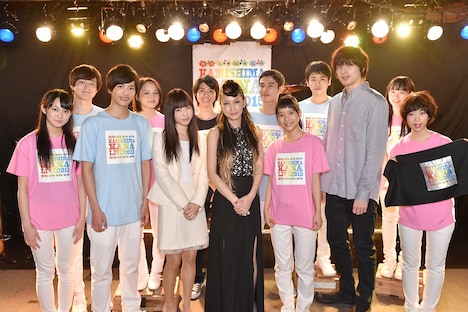 中島美嘉と「表参道高校合唱部!」出演者たち。 (c)TBS