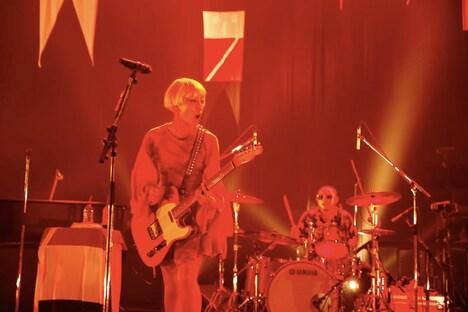 「BEAT」でエレキギターを弾く木村カエラ。(撮影:川田洋司)