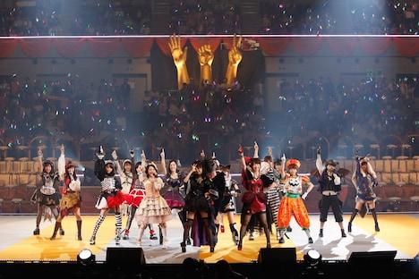 選抜メンバーによる「ハロウィン・ナイト」歌唱の様子。(c)AKS
