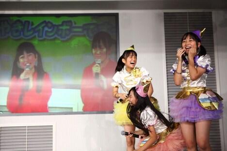 3年前の映像を観てパニック状態になる(左より)清井咲希、彩木咲良、堀くるみ。(撮影:牧野孝彦)