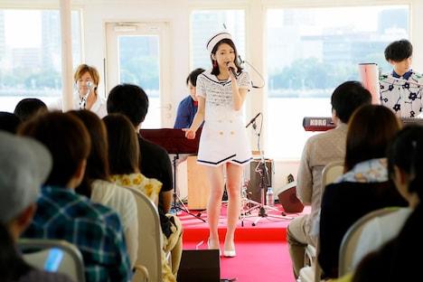 渡辺麻友のクルージングライブの様子。(写真提供:Sony Music Records)