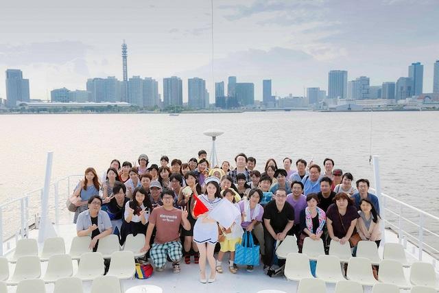 渡辺麻友のクルージングライブで撮影された記念写真。(写真提供:Sony Music Records)