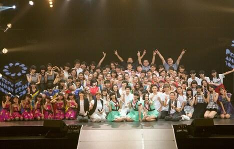 「第3回 Perfumeダンスコンテスト ~魅せよ、武道館!~」終了後に撮影された記念写真。(撮影:柴田恵理)