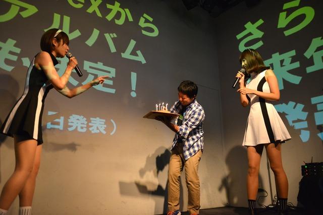 ケーキを持って登場したエイベックス佐竹氏(中央)。