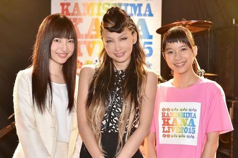 TBS系ドラマ「表参道高校合唱部!」収録現場でのワンカット。左から神田沙也加、中島美嘉、芳根京子。