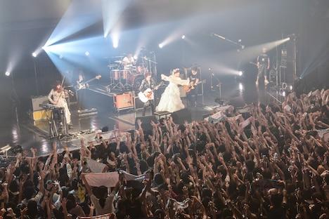 「The Vanishing Bride Tour 2015 ~消えた花嫁を探せ!~」Zepp Tokyo公演アンコールの様子。(Photo by Azusa Takada)