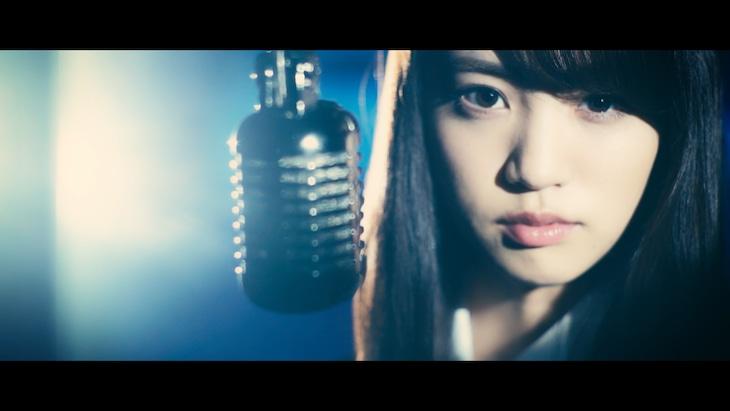 志田友美「Butterfly Effect」のミュージックビデオのワンシーン。