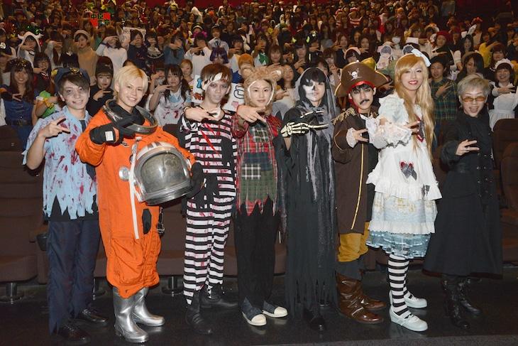 「サイドライン」初日舞台挨拶の様子。超特急のメンバーと、監督の福山桜子(右端)。