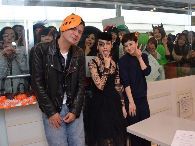 左からジョージ・ウィリアムズ、中島美嘉、ホラン千秋。(写真提供:Sony Music Associated Records)