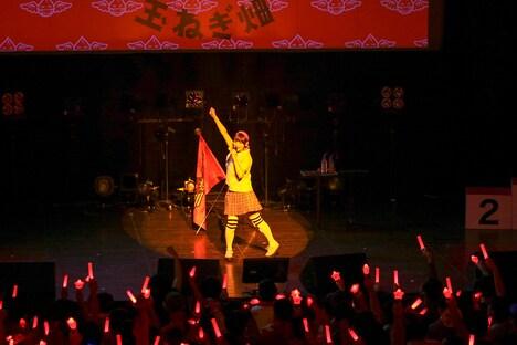「来たれ!暁の同志」を歌う上坂すみれ。