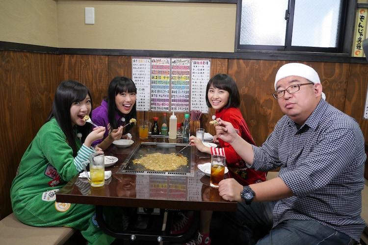 東京・月島「もん吉」のもんじゃを味わうももクロと川上マネージャー。(c)BS朝日
