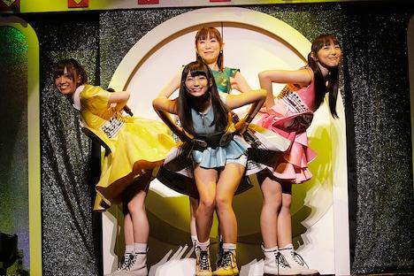 浅野真澄(中央後列)を交えてパフォーマンスするイヤホンズ。(Photo by HAJIME KAMIIISAKA)
