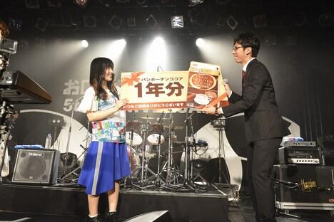 「バンホーテンココア」1年分をプレゼントされる澤村小夜子(Dr)。(Photo by AZUSA TAKADA)