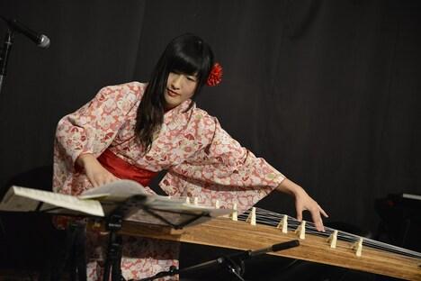 澤村小夜子(Dr)によるひとりごとステージのパフォーマンスの様子。(Photo by AZUSA TAKADA)
