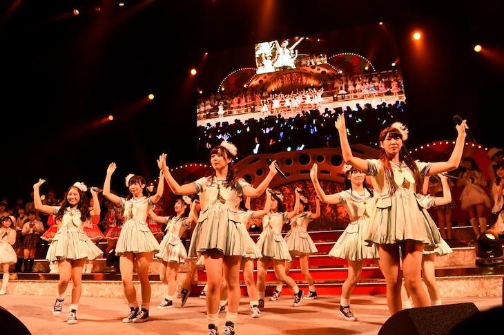 松村香織ら12人による「夕立の前」歌唱の様子。(c)AKS